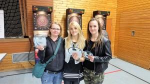 Kim Selina (Mitte) vor  Betty Breitmayer (links) und Jessica Kramm